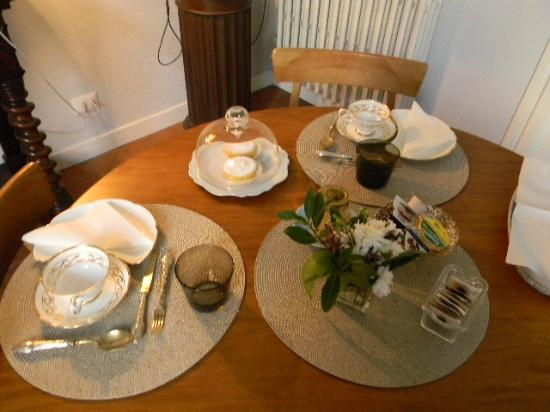 Casa Schlatter : Our gorgeous breakfast table, with china and linens!