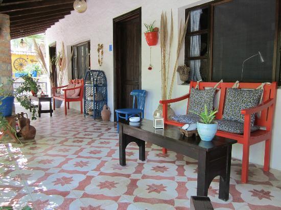 Bakkhos Guesthouse: Laubengang vor den Zimmern