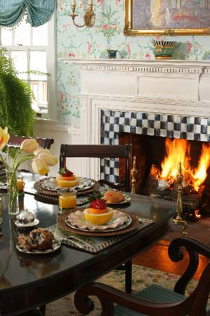 10 Fitch Luxurious Romantic Inn: Cozy breakfast