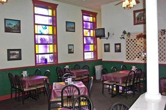 Stefanina's Pizzeria: the dinning area across from us