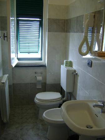 bagno con finestra  picture of hotel augusta, framura  tripadvisor, Disegni interni