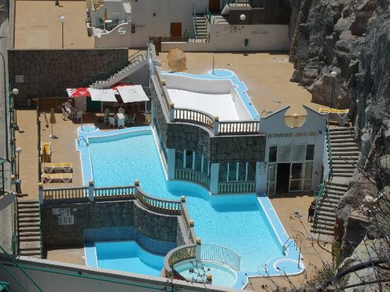 Monsenor Aparthotel: Lower level pool and Restaurant