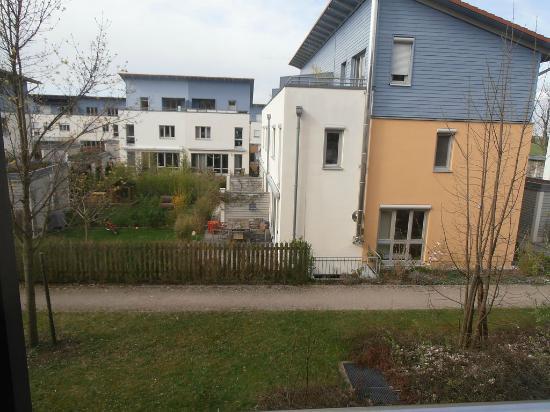 """Novum Hotel Seidlhof München: mit """"garden view"""" war wohl der Garten der Nachbarn gemeint"""