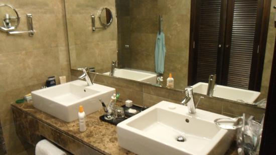 Hotel Riu Palace Tikida Agadir: Stylish his n hers sinks