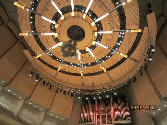 Roy Thomson Hall: circular ceiling illuminates the hall