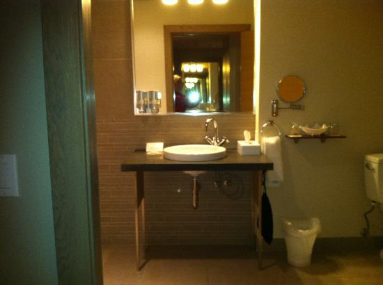 The Sidney Pier Hotel & Spa: Open Sink area to allow for wheelchairs