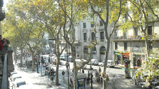Hotel Cuatro Naciones: View of La Rambla from our balcony