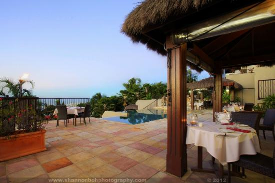 at Water's Edge Resort: The pool and dining area