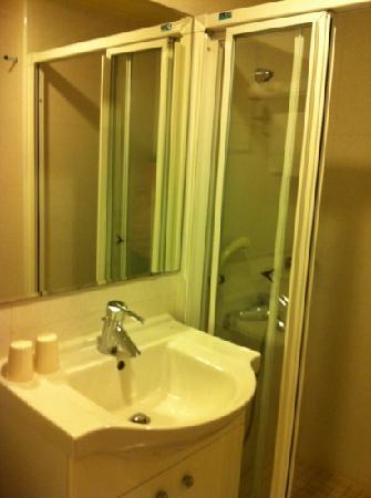 Li Yuan Hotel: bath room