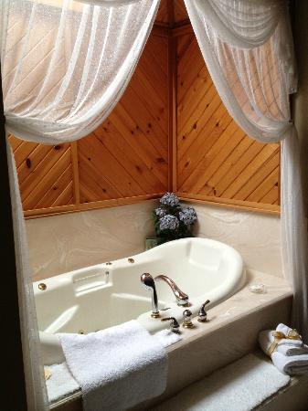 Quail's Covey Bed & Breakfast: The Jauuzzi tub! AMAZING!