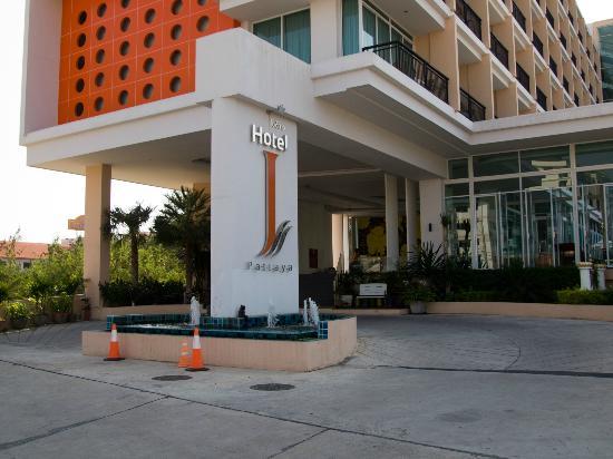 Hotel J Pattaya: Вход в отель