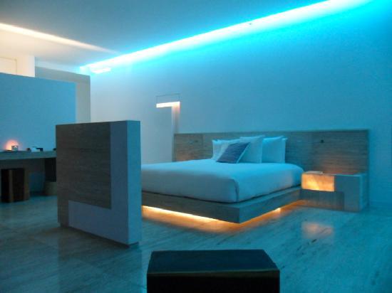 Hotel Encanto: corner suite by night