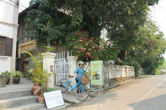 Thida Guesthouse: Entrance. Bikes for rent (3USD/day)