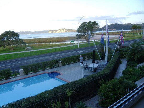 Admiralty Lodge Motel: Pool & View