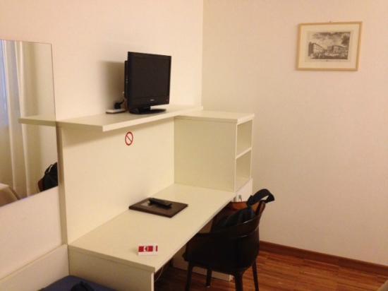 Residenza al Teatro: Camera (scrivania e tv)