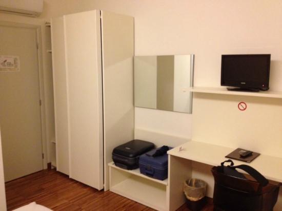 Residenza al Teatro: Camera (armadi e scrivania)