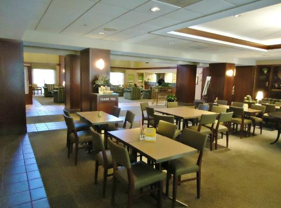 La Quinta Inn & Suites Bannockburn-Deerfield: Lobby dining area