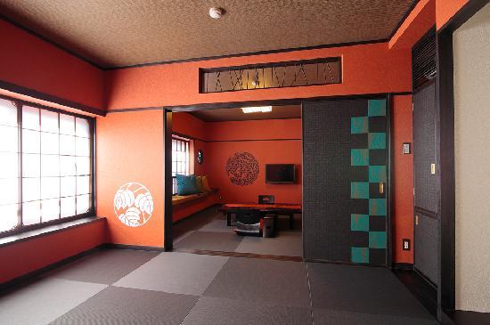 Goyokan: 【朱の間】艶やかな朱色の壁が印象的な16畳の和室(定員6名様)