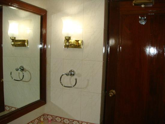 The Surya, Luxury Airport Hotel: Spotless Bathroom