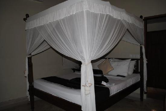 Villa Diana Bali: the bed (sorry for the low light)