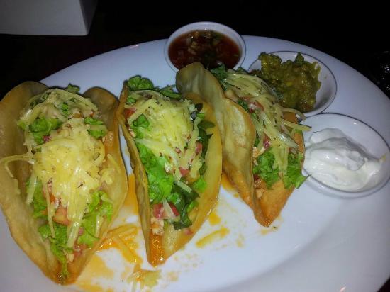 Reef Sports Bar & Restaurant: Lovey Chicken Taco