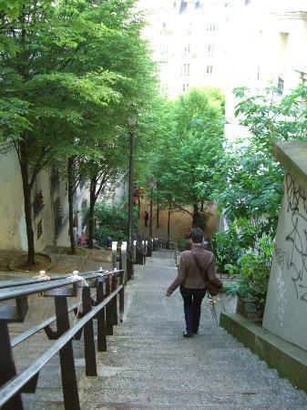 Caulaincourt Square Hostel: ホテル脇の階段