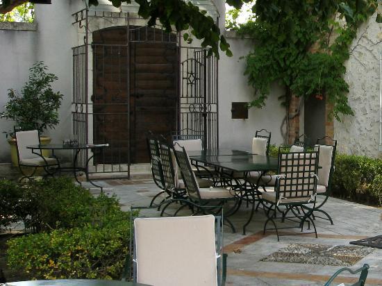 La Banastière : patio dove si svolge la prima colazione
