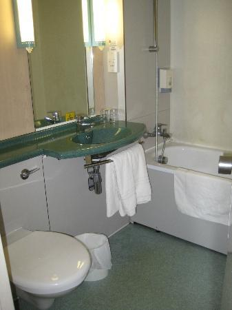 Ibis Plymouth: Bathroom
