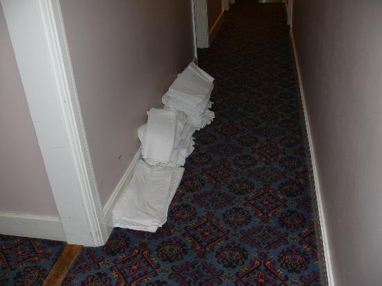 Norbreck Castle Hotel: Saubere Handtücher auf den Gängen am Boden....