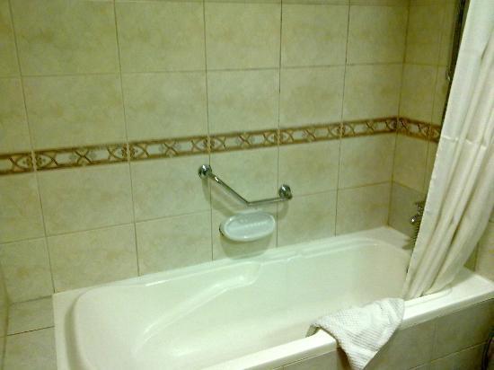 High End 2 Hotel Apartments: Bathtub
