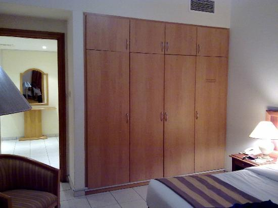 High End 2 Hotel Apartments: Wardrobe in bedroom