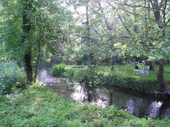 Le Moulin de Cierzac : un coin du parc traversé par la rivière
