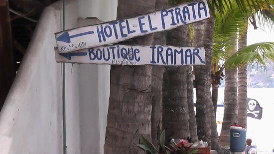 Hotel El Pirata: anuncio del hotel al lado del mismo y la playa