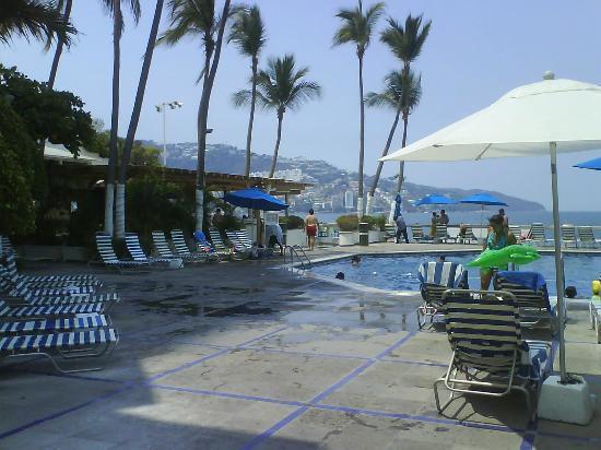 Hotel Acapulco Malibu: Vista parcial de la alberca & el restaurante
