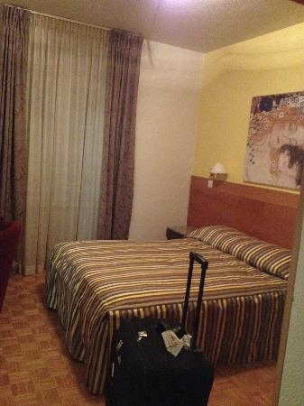 Hôtel des Alpes: This was a double room facing the main road