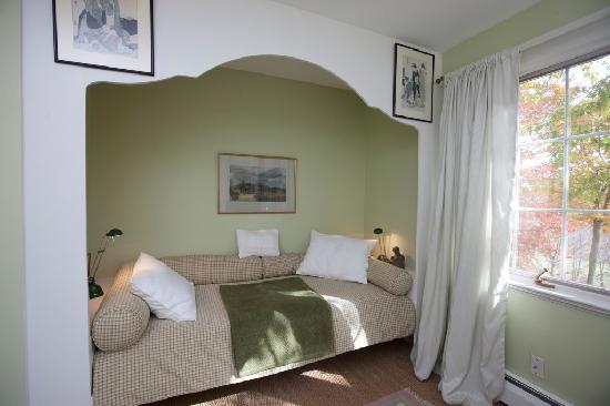 Hidden Valley Bed & Breakfast: Green Room Day Bed