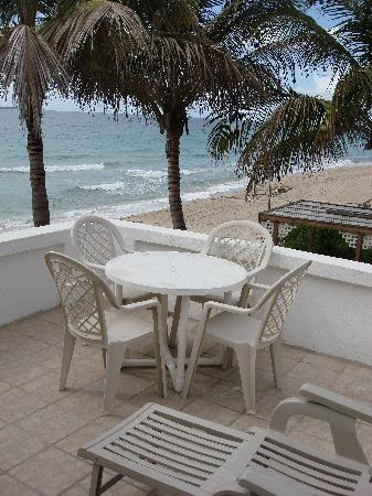 Phoenix Beach House & Beach Apartments: Outdoor lounging on Beach Front