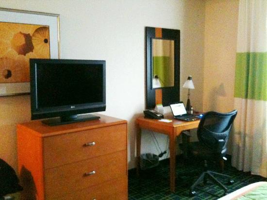 Fairfield Inn & Suites Miami Airport South: TV and desk