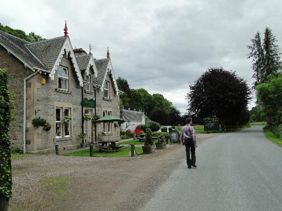 The Strathardle Inn: Ligt aan een mooie doorgaande weg
