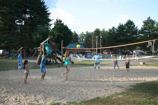 Lake George Riverview Campground: volleyball with new friends.....