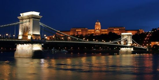 Rinett Guide Tours : Chain Bridge, Royal Palace