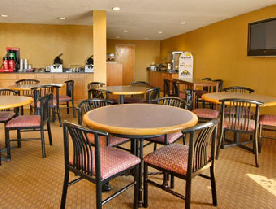 Days Inn & Suites Northwest Indianapolis: Enjoy breakfast in our open breakfast area