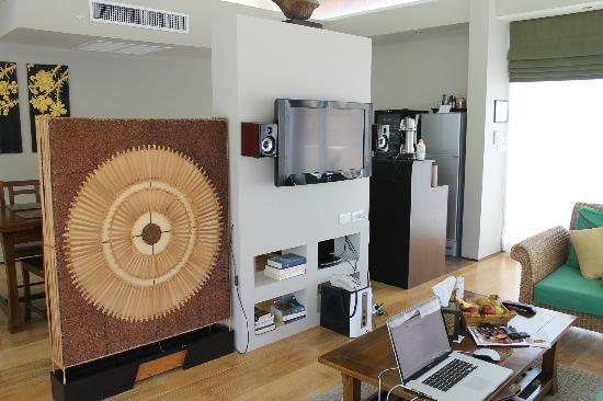 Elements Boutique Resort & Spa Hideaway: Wohnzimmerbereich mit Blick Küche in der Beach Villa