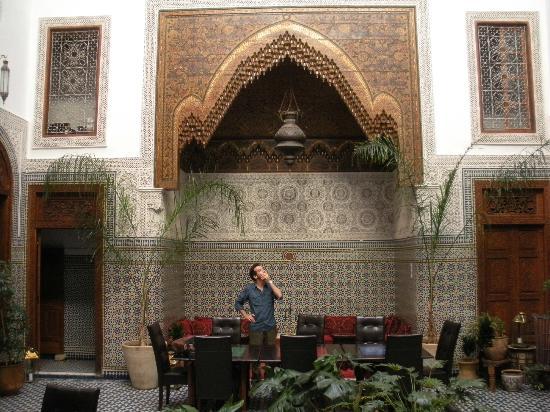 Dar Roumana: El patio central, donde se puede comer y reposar.