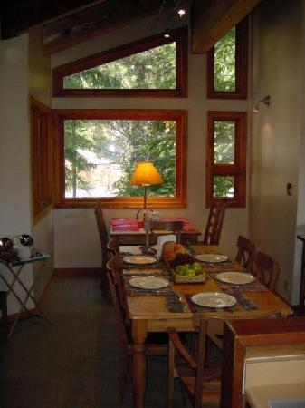 Whistler Mountain House: Dining room
