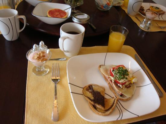 Inn-Chanted Forest Bed and Breakfast: Breakfast