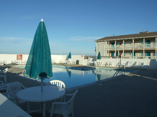 Days Inn & Suites Kill Devil Hills-Mariner: Very nice pool area - see new wing in background
