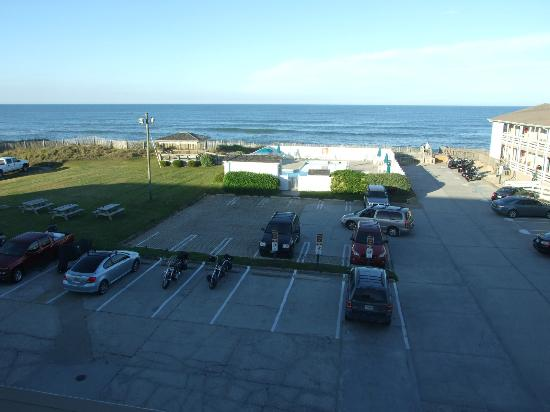 Days Inn & Suites Kill Devil Hills-Mariner: Ocean view is rather distant but the grassy area is a great place for a party