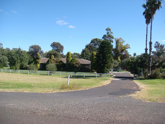 Westview Caravan Park: Park outside view1