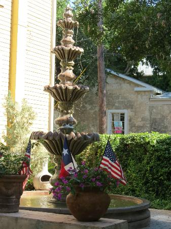 Arbor House Inn And Suites: The fountain was not only enjoyed by us,  but by many birds.